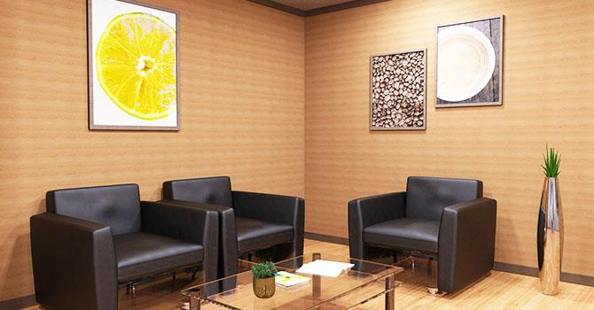 明るい雰囲気の美容クリニックの待合室