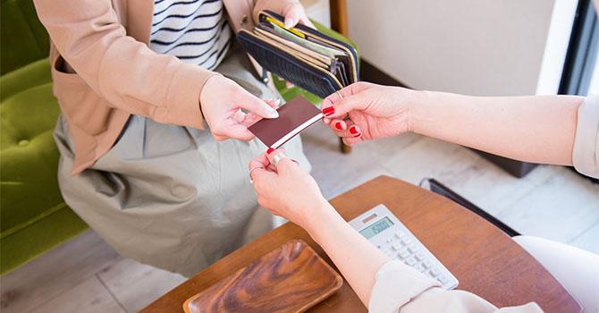 美容外科で診療費を支払う女性