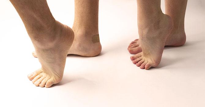 男性と女性の素足